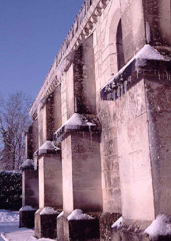 stalactites de glace sur l'église de Paissy