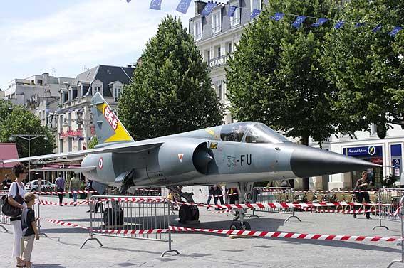 un Mirage F1 C place d'Erlon à Reims