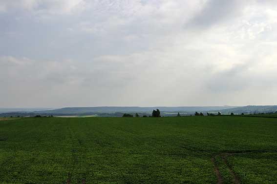 la colline puis les contreforts du Chemin des Dames au nord-ouest du camp