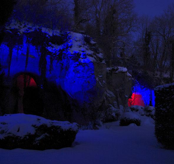 éclairage nocturne sur fond de neige et de calcaire