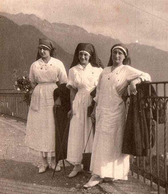 trois infirmières suisses en repos lors d'une excursion