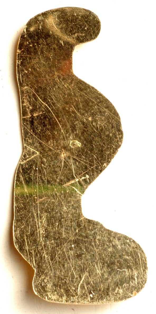 lame d'or découpée de même forme que la goutte de sang de la gravure imprimée sur papier et cette même lame positionnée dans le couvercle du pendentif, face interne.