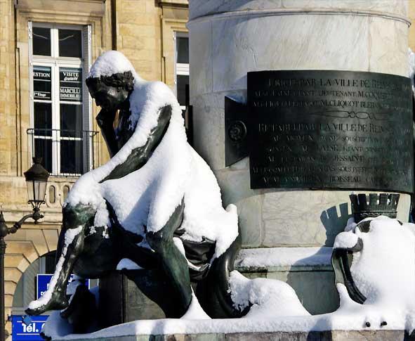 Le Marchand Place Royale à Reims sous la statue de Louis XV