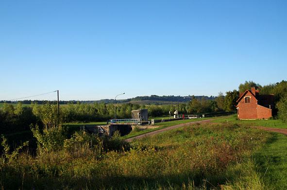 la ferme était immédiatement au-delà du canal et de l'écluse à gauche