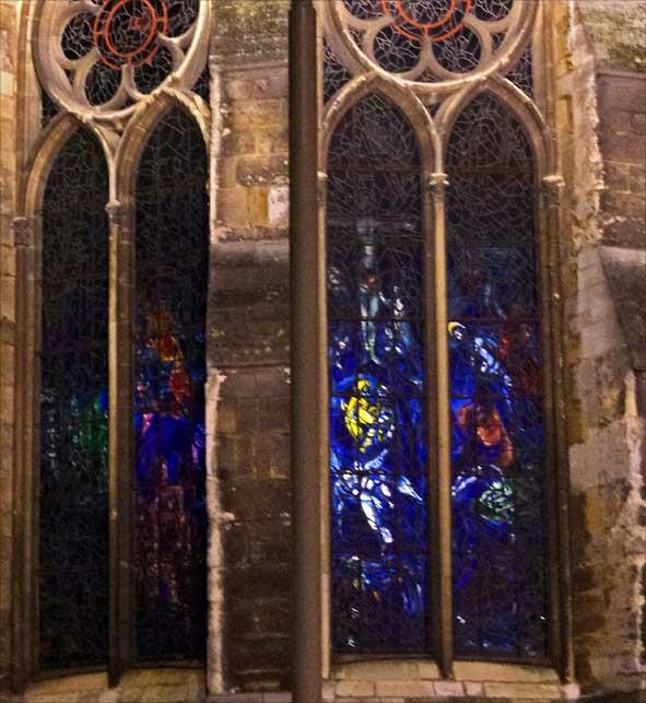 vitrail de Chagall en position inversée, de nuit, depuis l'extérieur de la cathédrale