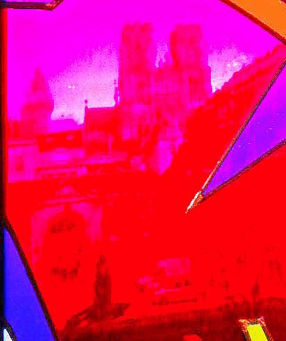 gros plan sur la cathédrale depuis le vitrail