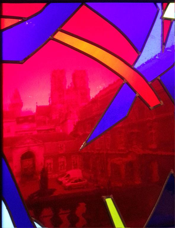 vue sur la cathédrale depuis le vitrail de Knoebel au Musée des Beaux-Arts de Reims