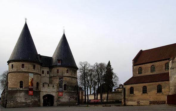 Protégé par une porte fortifiée édifiée au début du XIV e siècle, tout près de la cathédrale et de l'église antérieure visible ici à droite