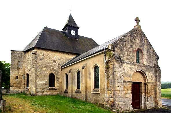 église de Révillon bâtie en bordure du village
