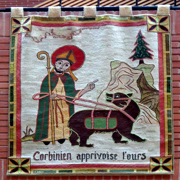 ours dressé par saint Corbinien, broderie contemporaine par Sœur Marie-Dominique, bénédictine de l'abbaye de Limon, cathédrale de la Résurrection d'Evry